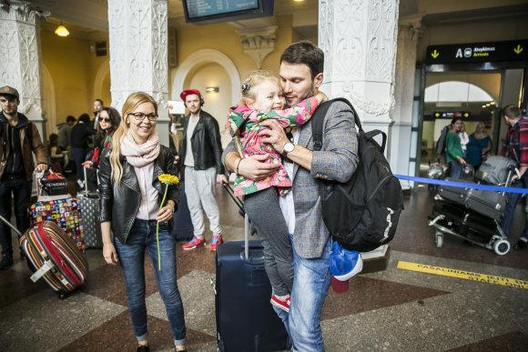 Viganto Ovadnevo/Žmonės.lt nuotr./Vaido Baumilos ir Monikos Linkytės sutikimas oro uoste