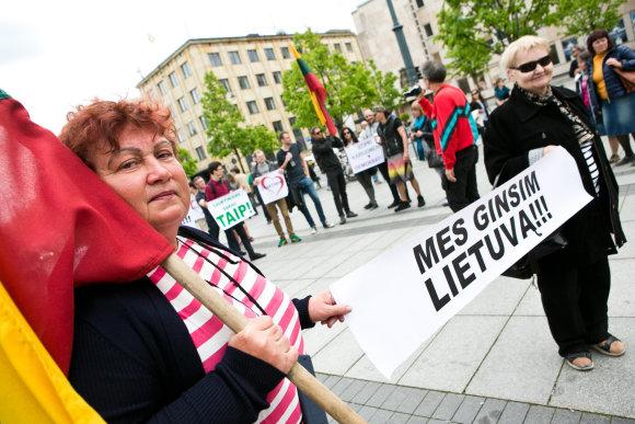 Gretos Skaraitienės/15min.lt nuotr./Piketas Vilniuje prieš šauktinių kariuomenę