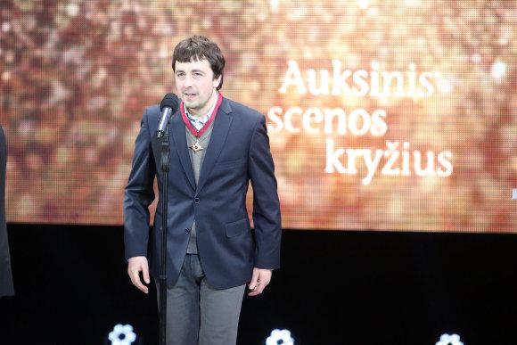 Teodoro Biliūno/15min.lt nuotr./Auksinį scenos kryžių pelnęs rašytojas Mindaugas Nastaravičius