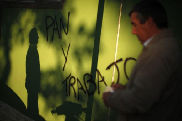 """""""Reuters""""/""""Scanpix"""" nuotr./Grafitis Ispanijoje """"Duonos ir darbo"""""""