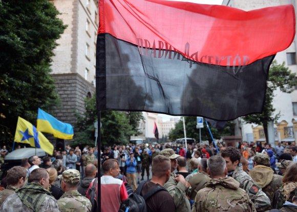"""AFP/""""Scanpix"""" nuotr./""""Dešiniojo sektoriaus"""" nariai Kijeve"""