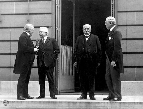 """""""Wikimedia Commons""""/U.S. Signal Corps nuotr./""""Didysis ketvertas"""" Paryžiaus taikos konferencijoje: D.Britanijos premjeras Davivas Lloydas George'as, Italijos premjeras Vittorio Orlando, Prancūzijos premjeras Georges'as Clemenceau ir JAV prezidentas Woodrow Wilsonas"""