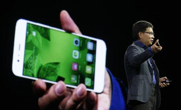 """Scanpix""/AP nuotr./""Huawei P10"" ir  ""Huawei P10 Plus""pristatymas"
