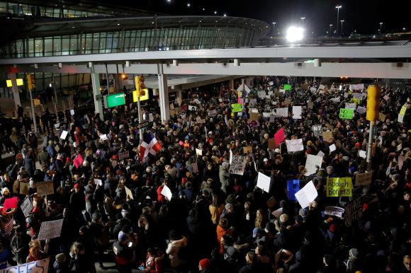 """""""Reuters""""/""""Scanpix"""" nuotr./Protestas prie oro uosto Niujorke"""