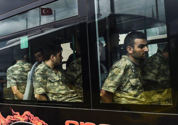 "AFP/""Scanpix"" nuotr./Suimti Turkijos kariai"