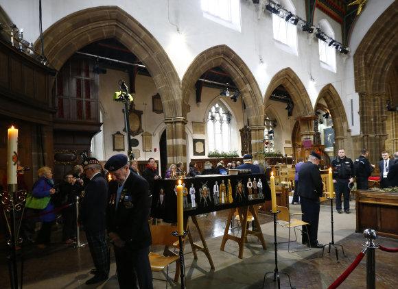 """""""Scanpix"""" nuotr./Žmonės renkasi atsisveikinti su Anglijos karaliumi Richardu III"""