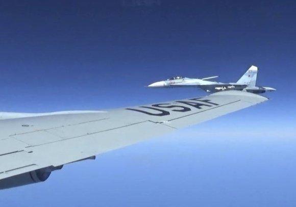 """""""Scanpix""""/AP nuotr./Rusų lėktuvas priartėjo prie amerikiečių lėktuvo"""
