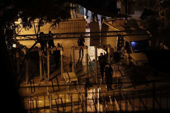 """AFP/""""Scanpix"""" nuotr./Išmontuojami metalo detektoriai"""
