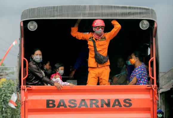 """Reuters""/""Scanpix"" nuotr./Balyje suaktyvėjo Agungo ugnikalnis"