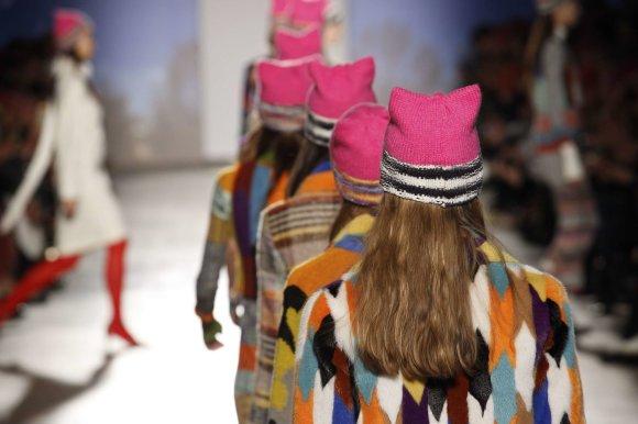 """""""Scanpix""""/""""SIPA"""" nuotr./Milano mados savaitė: rožinės protesto kepuraitės – naujausioje """"Missoni"""" kolekcijoje"""