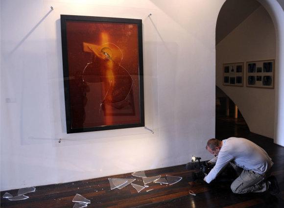 """AFP/""""Scanpix"""" nuotr./Andres Serrano """"Myžalų Kristus"""" po atakos Prancūzijoje"""