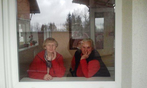 L. Sėlenienės nuotr./Juknaičių senelių namų gyventojos Kazimiera ir Ona
