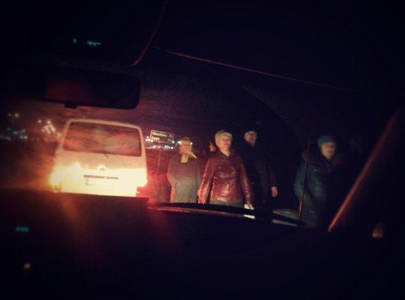 Dovydo Pancerovo nuotr./Ukrainiečiai stovi palei greitkelį šalia Medykos pasienio kontrolės punkto