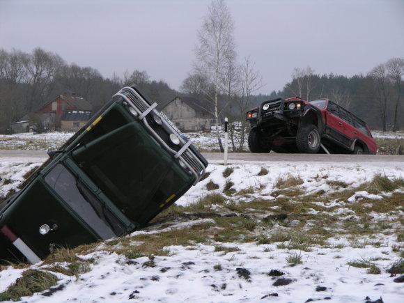 """VSAT nuotr./Kontrabandininkų """"Subaru"""" saugodavo kiti automobiliai, kurie turėdavo taranuoti pasieniečių visureigius"""
