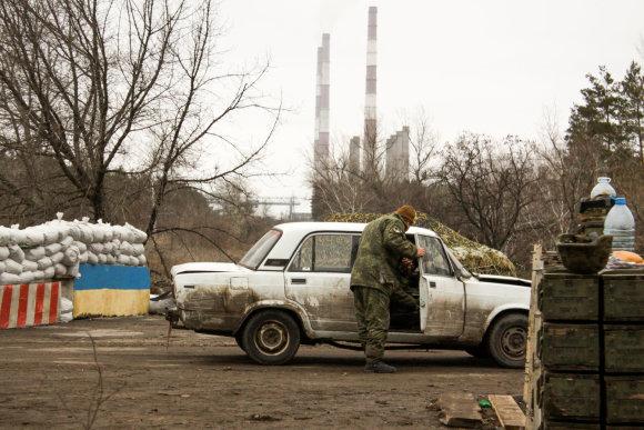 D.Pancerovo nuotr./Ukrainos pasieniečiai tikrina gyventoją, kuris gyvena separatistų teritorijoje