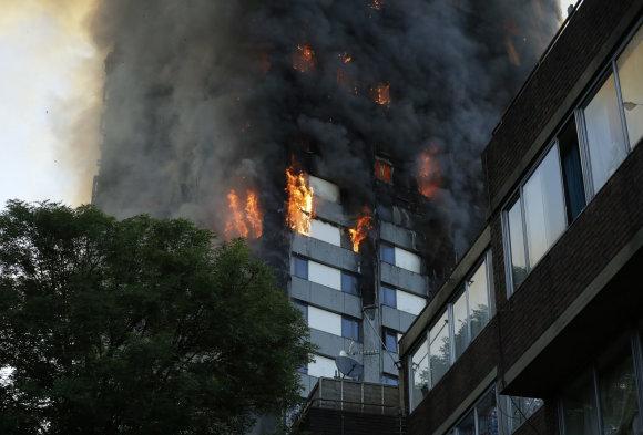 """""""Scanpix""""/AP nuotr./Gaisras payčiais apėmė 27 aukštų daugiabutį vakarų Londone"""