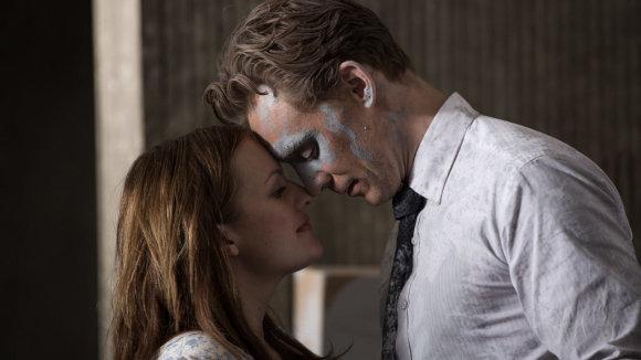 """Kadras iš filmo/Elisabeth Moss ir Tomas Hiddlestonas filme """"Aukšta klasė"""""""