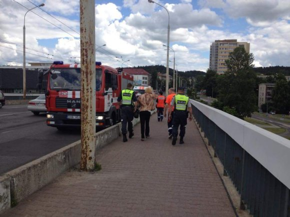 15min.lt skaitytojo nuotr./Nuo Šilo tilto nušokti grasinusi moteris
