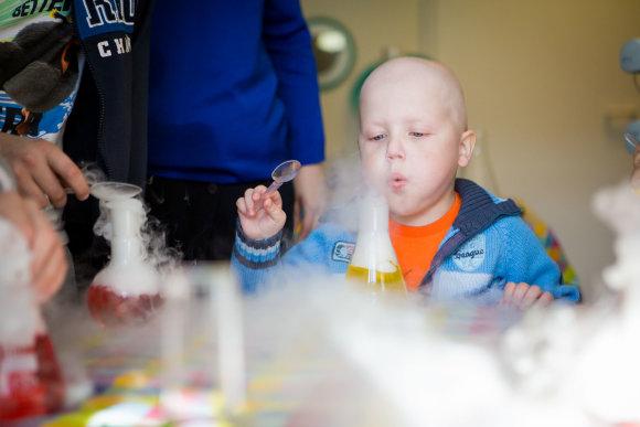 """""""Mamų unijos nuotr./Vėžiu sergantys vaikai trumpam tapo mokslininkais"""