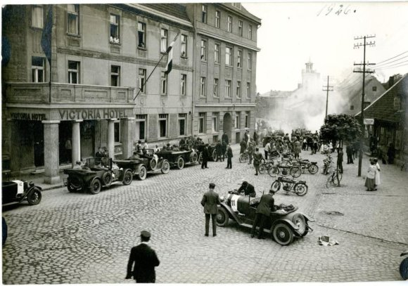 """Klaipėdos apskrities viešoji biblioteka/""""Klaipėdos automobilių ir motoračių klubo"""" nariai renkasi į startą. 1926 m. gegužės mėn."""