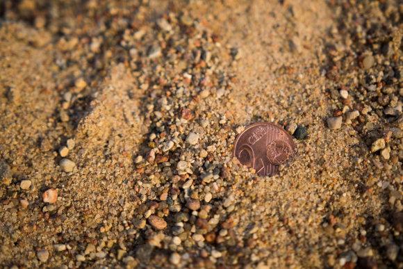 Dainiaus Cuberos / 15min nuotr./Prieš patekdamas ant asfalto, smėlis yra išsijojamas