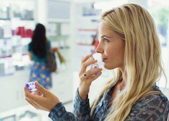 Vida Press nuotr./Moteris renkasi kvepalus parduotuvėje