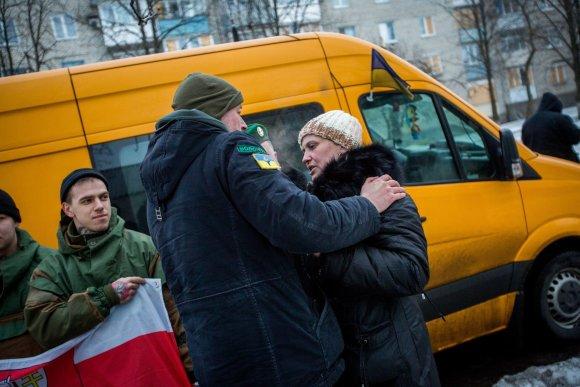 Vidmanto Balkūno / 15min nuotr./Jonas Ohmanas   perduoda paramą Marjinkos gyventojai ir savanorei Oksanai