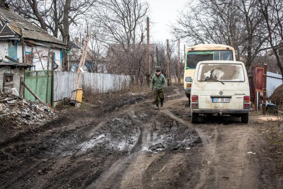Vidmanto Balkūno/15min.lt nuotr./Ukrainos karys kaime pozicijose prie Marjinkos