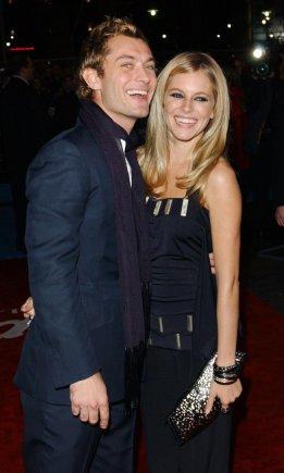 """""""Scanpix""""/""""PA Wire""""/""""Press Association Images"""" nuotr./Aktorius Jude'as Law išdavė savo žmoną Sienna Miller su vaikų aukle, o jo žmona turėjo romaną su aktoriumi Danieliu Craigu"""