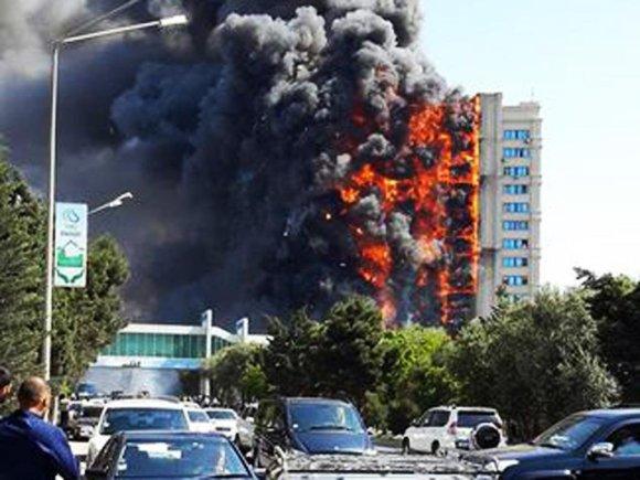 """""""Twitter"""" nuotr./Daugiabučio gaisras Baku"""