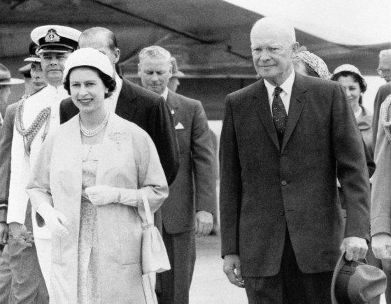 """Scanpix""/""PA Wire""/""Press Association Images"" nuotr./Dwightas D. Eisenhoweris su karaliene Elizabeth II"