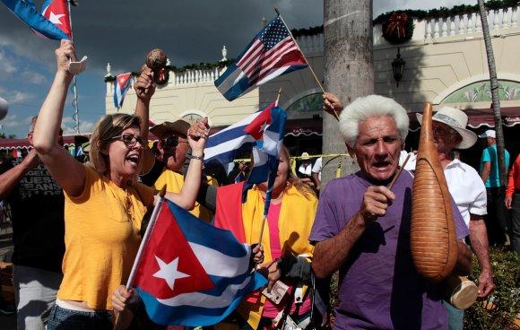 """""""Reuters""""/""""Scanpix"""" nuotr./Pabėgėliai iš Kubos Floridoje šventė Fidelio Castro mirtį"""