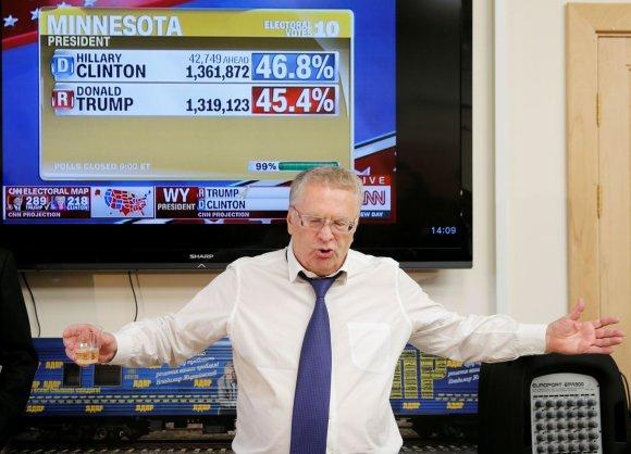 """""""Reuters""""/""""Scanpix"""" nuotr./Vladimiras Žirinovskis skelbia tostą už laimėjusį Donaldą Trumpą"""