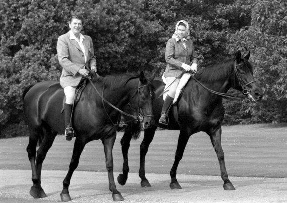 """Scanpix""/""PA Wire""/""Press Association Images"" nuotr./Ronaldas Reaganas su karaliene Elizabeth II"