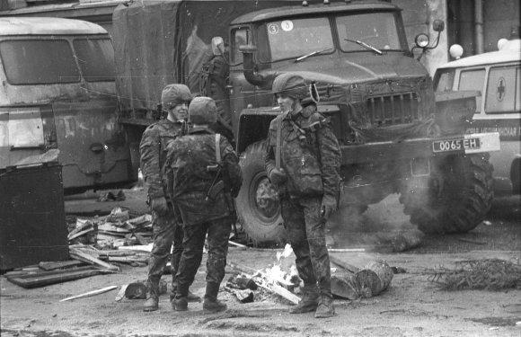 LRS archyvo/Alfredo Girdziušo nuotr./Sovietų sąjungos tankai ir kariai Vilniuje 1991 m. sausį