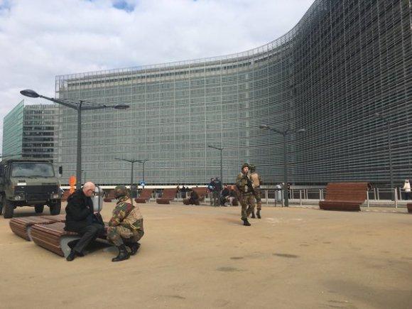 """""""Twitter"""" nuotr./Karinis transportas prie Europos Komisijos pastato Briuselyje"""