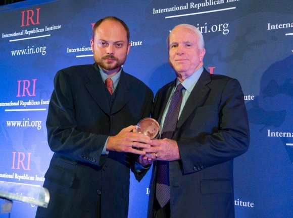 """""""Twitter"""" nuotr./Vladimiras Kara-Murza su JAV senatoriumi Johnu McCainu."""