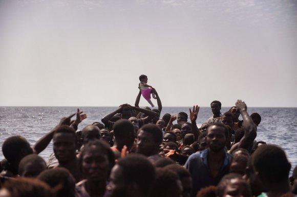 """AFP/""""Scanpix"""" nuotr./MIgrantų pilnas laivas Viduržemio jūroje"""