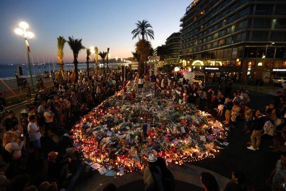 """AFP/""""Scanpix"""" nuotr./Žmonės gedi teroristinio išpuolio Nicoje aukų"""