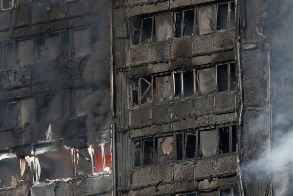 """""""Reuters""""/""""Scanpix"""" nuotr./Gaisras payčiais apėmė 27 aukštų daugiabutį vakarų Londone"""