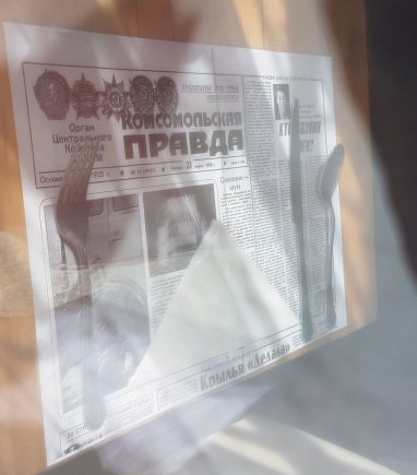 Restorano CCCP stalus puošia sovietinio laikraščio pirmojo puslapio kopijos.