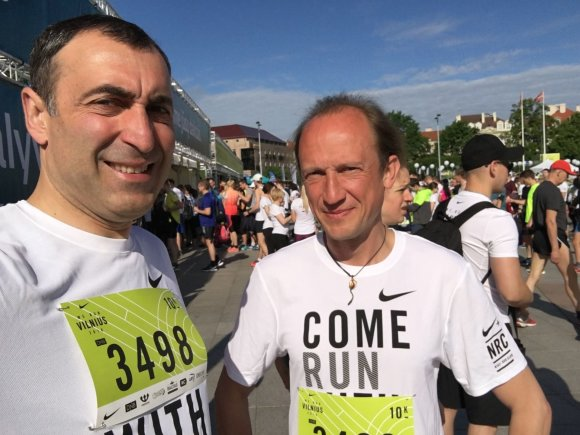 """Asmeninio archyvo nuotr./Algirdas Malakauskis (kairėje) ir Evaldas Darulis dalyvauja """"We Run Vilnius"""" bėgime"""
