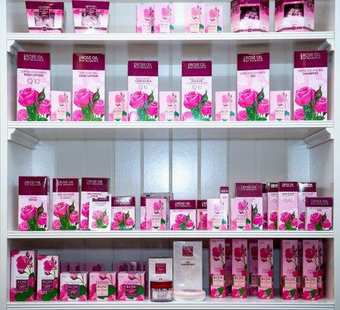 Projekto partnerio nuotr./Jaunai ir brandžiai odai puikiai tinka kosmetika su rožių aliejumi
