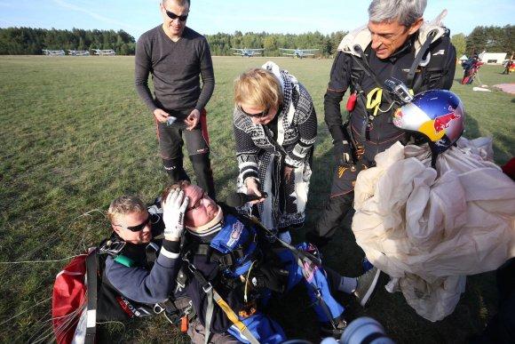Aliaus Koroliovo nuotr./Justas Džiugelis – neįgaliojo šuolis parašiutu