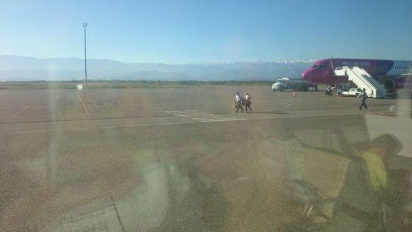 Karolinos Stažytės nuotr./Kutaisio oro uosto darbuotojas padėjo į Gruziją atskridusiai lietuvei