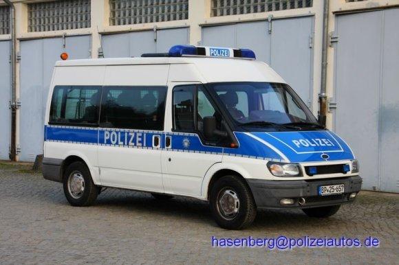 """polizeiautos.de nuotr./Vokietijos Federalinės policijos pareigūnų naudojamas 2014 m. """"Ford Transit"""""""