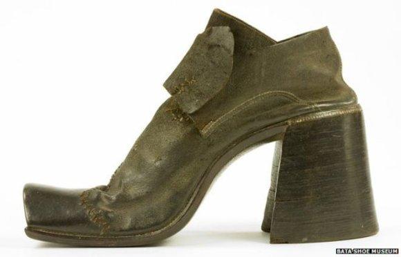 Toronto batų muziejaus nuotr./Vyrų dėvėti aukštakulniai