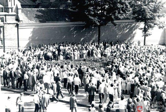 Lietuvos ypatingojo archyvo nuotr./Žmonės renkasi į mitingą prie A.Mickevičiaus paminklo