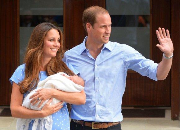 """""""Scanpix"""" nuotr./Kembridžo hercogienė Catherine ir princas Williamas su sūnumi"""