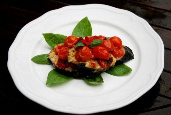 Viktorijos Ramašauskaitės nuotr./Baklažanas su sūriu ir vyšniniais pomidorais